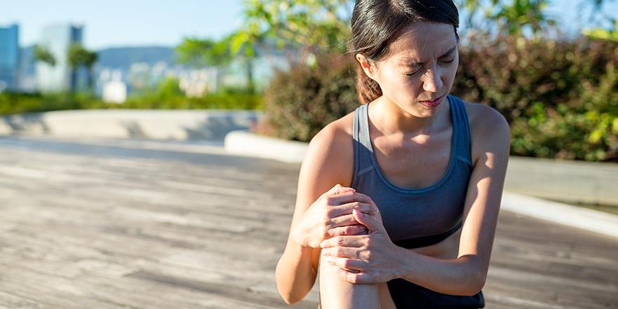 knee pain 881x441 - ครีมรักษาโรคกระดูกและข้ออย่างรวดเร็วและตลอดไป Maxylite – ข้อต่อ กระดูก กล้ามเนื้ออักเสบ หายได้ หลอดเดียว